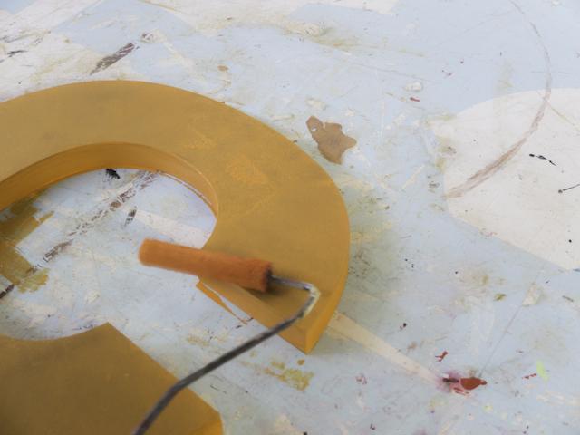 Colorare le lettere di legno con il rullo